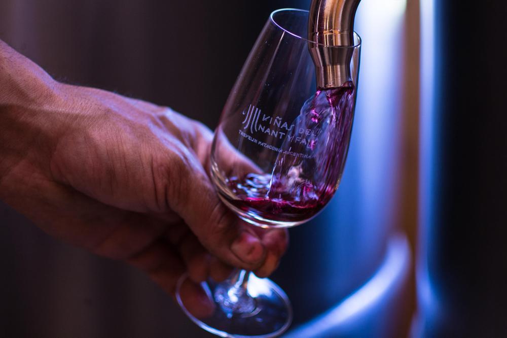 Copia de Pinot Noir sirviendo